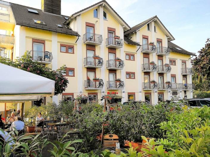 Das Hotel aus unserem Biergarten an der Lahn blickt der Gast auf die Außenansicht des Hotels Altes Eishaus. Die Balkone mit herrlicher, einzigartiger Aussicht laden in der warmen Jahreszeit zum Verweilen ein.