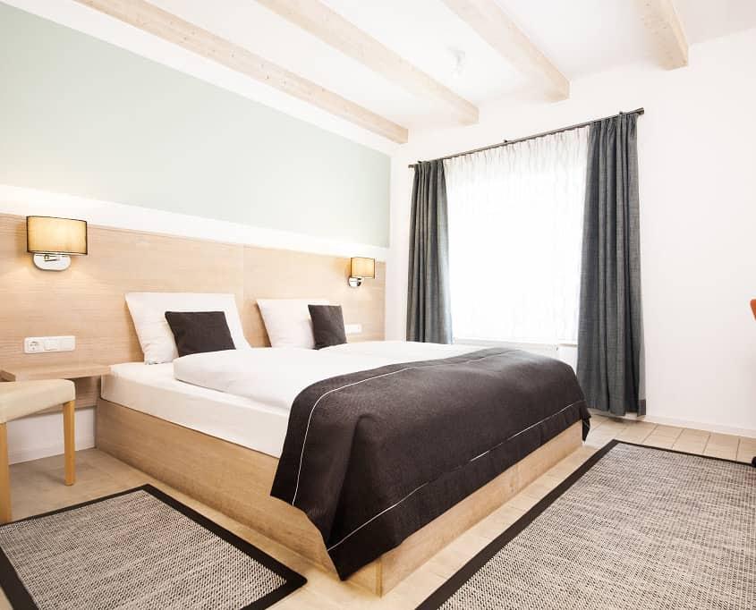 """Die fünf Komfortzimmer 1-5 sind deutlich besser ausgestattet und verfügen über größere Bäder mit moderner Ausstattung. Komfortzimmer 1-3 findet der Hotelgast in der """"Alten Wärmestube"""". Diese verfügen über keinen Balkon. In Doppelzimmer 4 und 5 findet der Gast einen Balkon."""