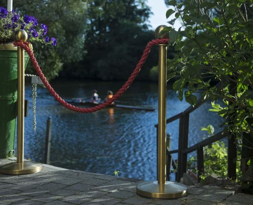 Das Hotel und der Biergarten liegen direkt an der Lahn. Der romantische Fluss lädt Bootstouristen und Wassersportler zu besonderen Erlebnissen ein.