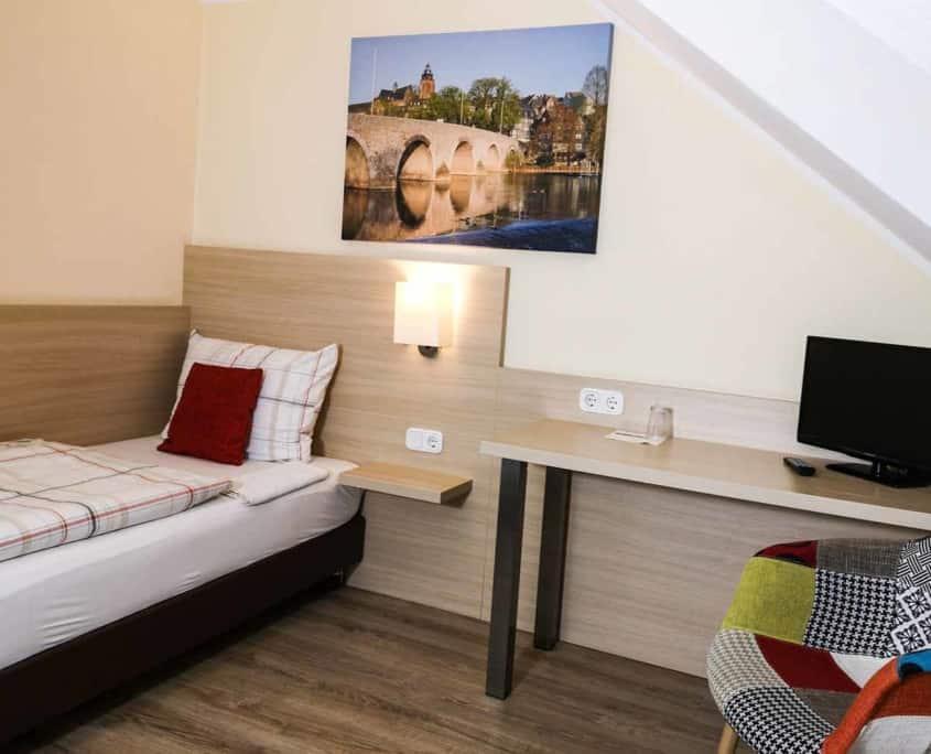 In unserem Zimmer 34 übernachtet der budgetbewusste Gast für eine oder zwei Nächte. Das Einzelzimmer hat eine Größe von ca. 12qm und verfügt über ein kleines Bad. Allerdings hat das Zimmer keinen Balkon oder einen Zugang zur Terrasse.