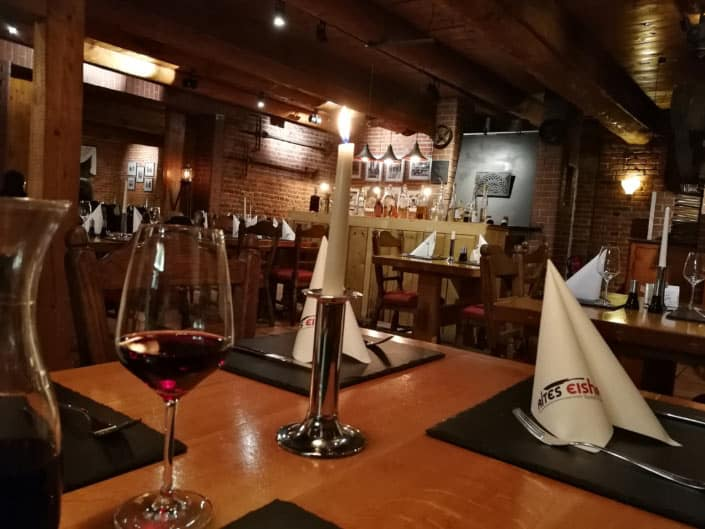 Unser rustikales, antikes Restaurant mit dem einzigartigen Ambiente bietet viel Entspannung zum Verweilen nach einem anstrengenden Arbeitstag oder der Fahrrad- oder Bootstour. Ein besonderes Gläschen Rotwein halten wir am gedeckten Tisch immer für den Gast bereit.