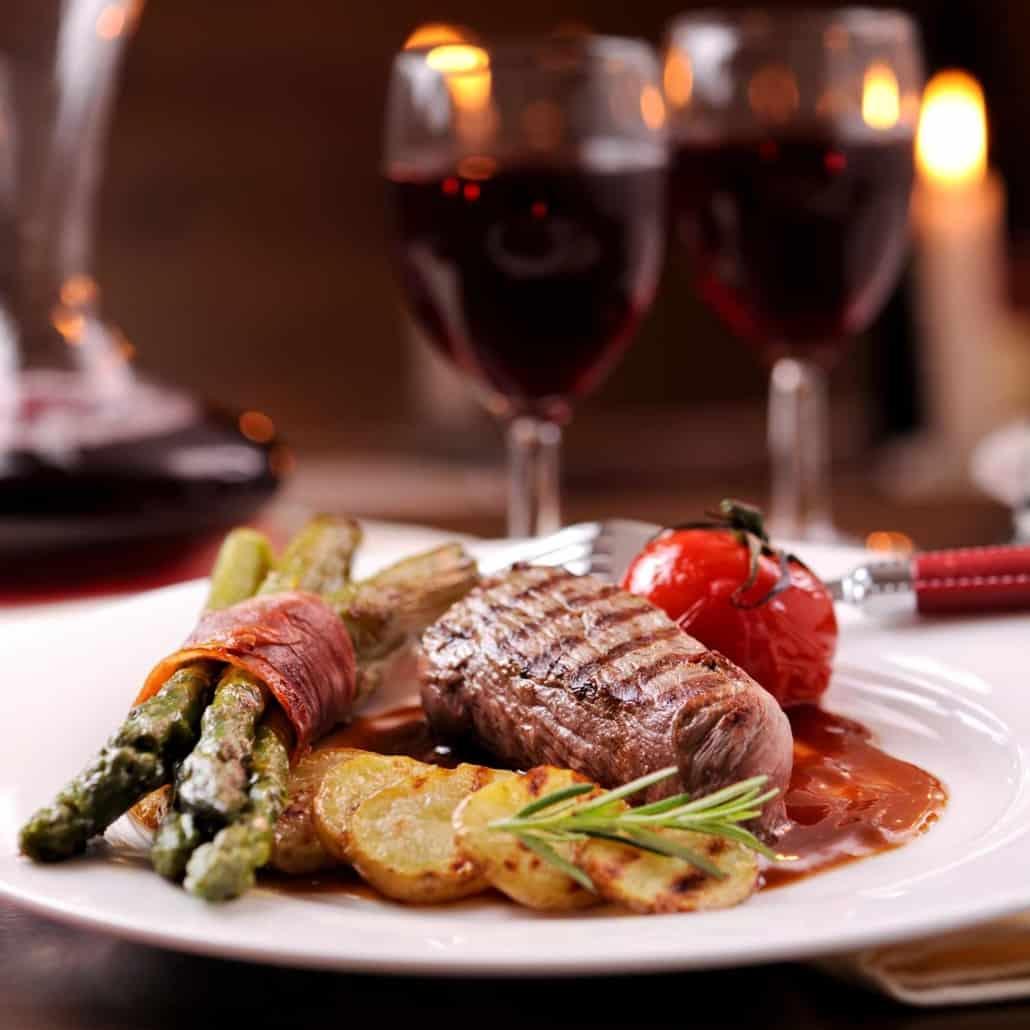 In der Spargelzeit bieten wir unseren Gästen eine besondere Auswahl an Spargelgerichten. Genießen Sie bei uns den deutschen Spargel mit Salzkartoffeln, Butter oder Soße Hollandaise.