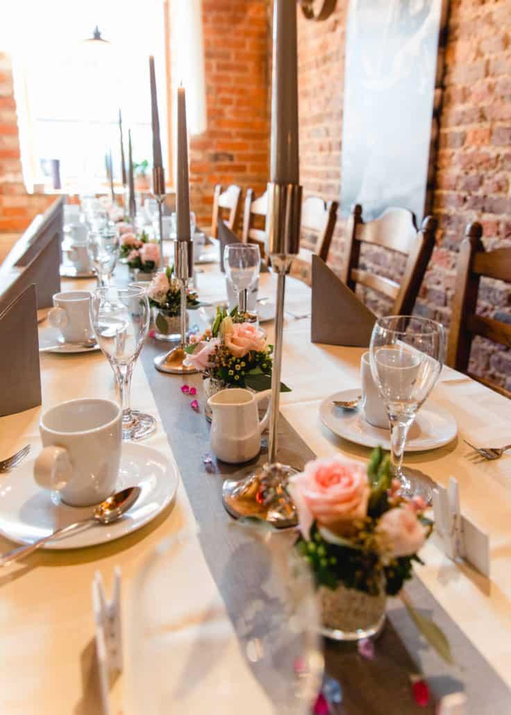 Angemeldete Feierlichkeiten bereiten wir gerne festlich für Sie vor. Eine ansprechende, dem Anlass angepasste Tischdekoration gehört selbstverständlich dazu. Gerne berücksichtigt das Team Eishaus Ihre besonderen Dekorationswünsche.