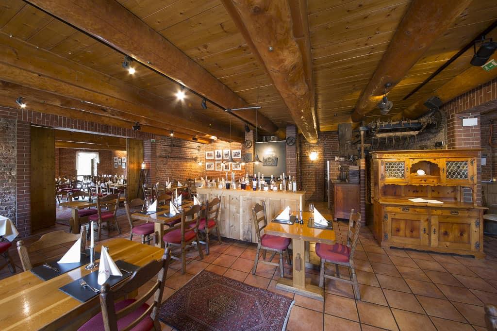 Quasi aus der Froschperspektive zeigen wir Ihnen unser gesamtes Restaurant. Im vorderen Bereich wählt der Hotelgast morgens aus einem reichhaltigen Frühstückbuffet aus. Ein weitere Raum eigent sich sehr gut für Veranstaltungen und Feierlichkeiten.