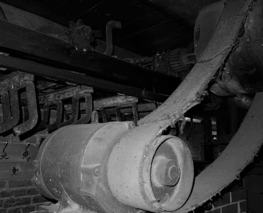 Der alte, aber kräftige Elektromotor über dem Eingang der Gästetoiletten