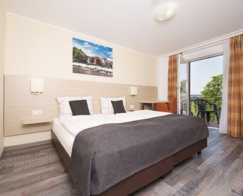 Ansicht Hotelzimmer mit Balkon und Fernsicht